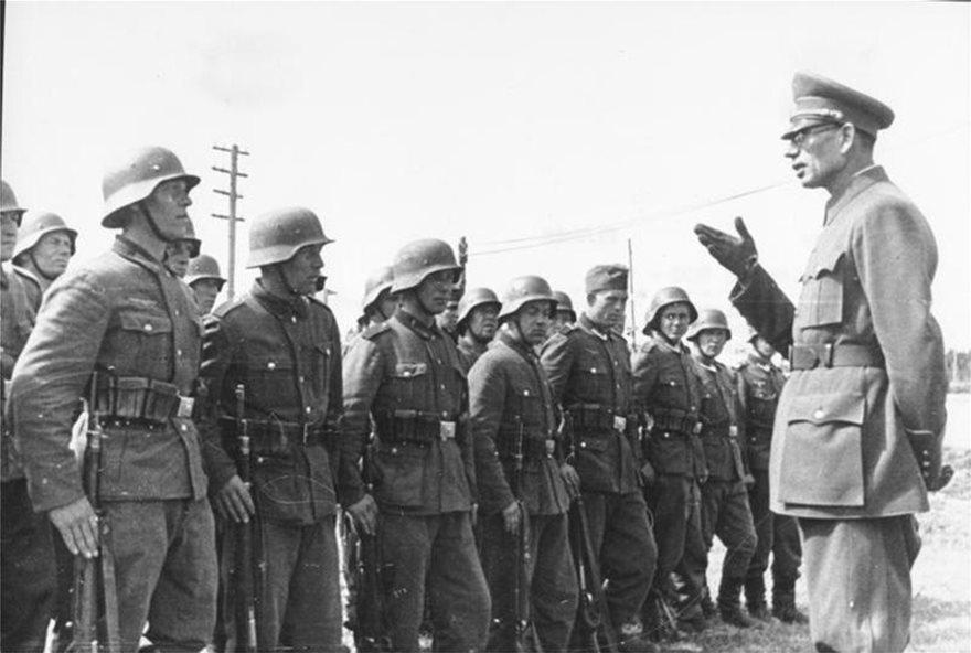 Ο-Vlasov-με-στρατιωτες-του-ROA