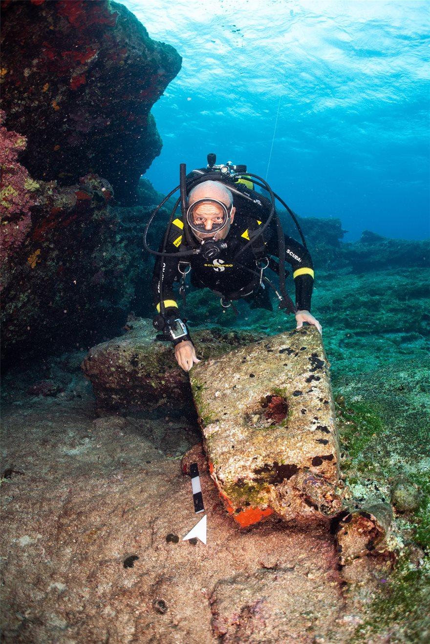 Λίθινη πυραμιδοειδής άγκυρα από ύστερο κλασικό ναυάγιο στα Κασονήσια (φωτ. F. Kvalo)