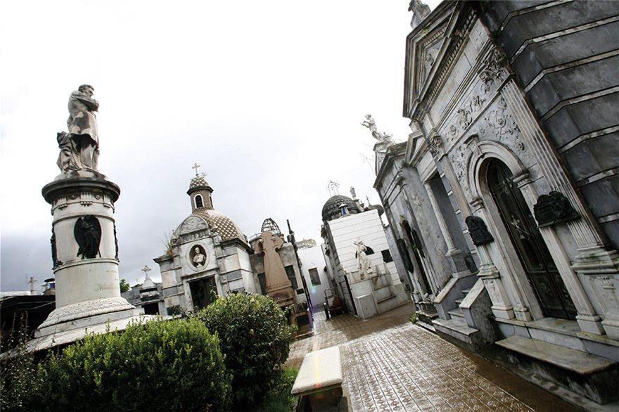 25940066_l_-cemetery-la-recoleta-in-buenos-aires-