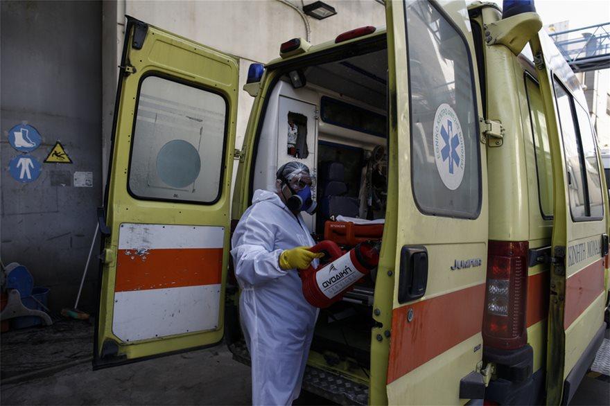 Κορωνοϊός: Δείτε βήμα-βήμα τη μάχη του ΕΚΑΒ κατά του ιού