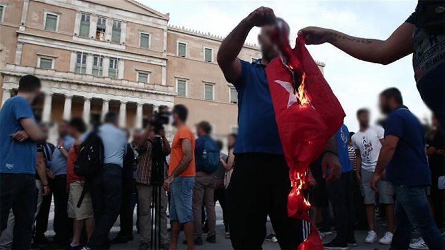 ΥΠΕΞ για κάψιμο τουρκικής σημαίας: Καταδικάζουμε κάθε ενέργεια ...