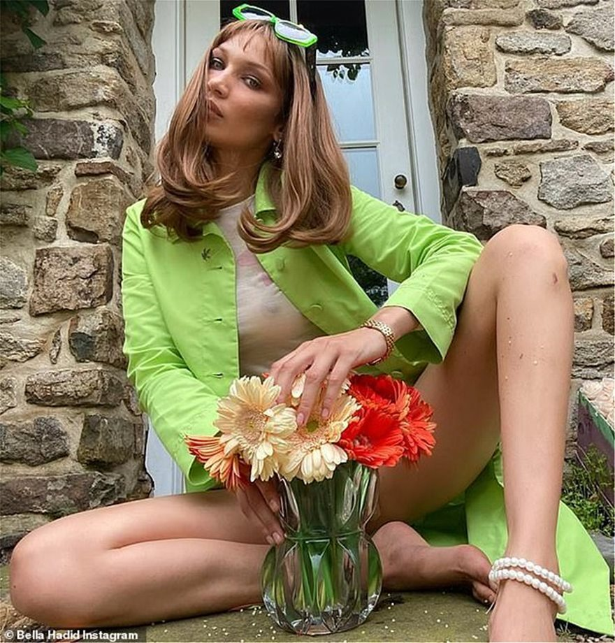 28983672-8370641-Looking_fab_In_a_look_redolent_of_the_Swinging_60s_she_slipped_i-a-1_1590785993157