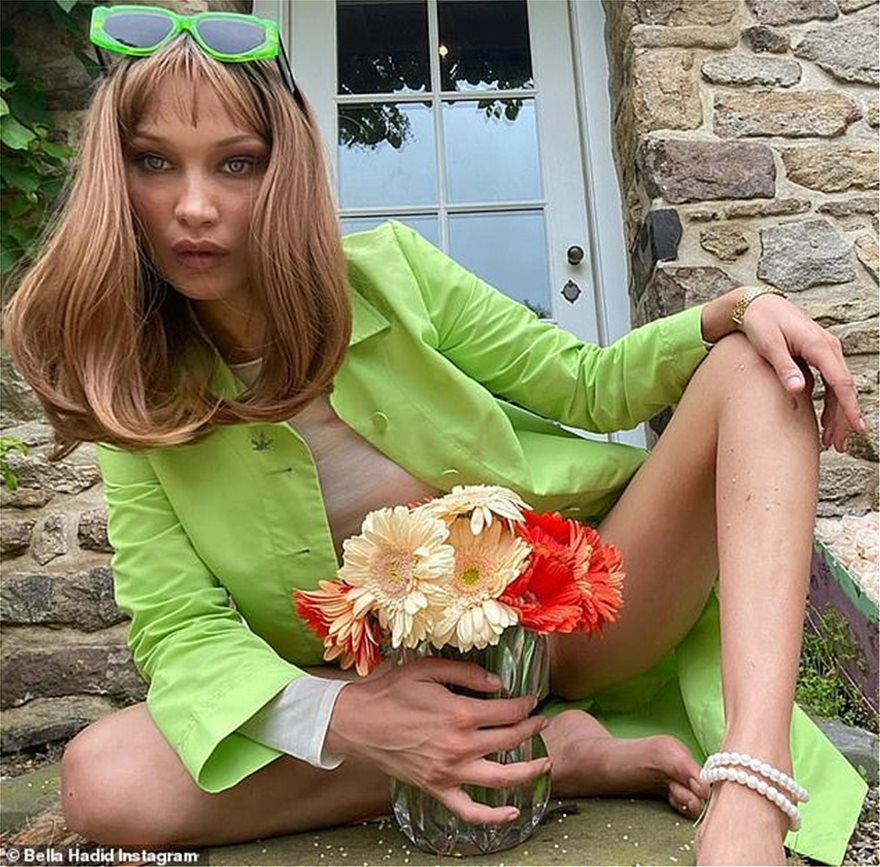 28983674-8370641-Glamour_and_glitz_Accentuating_her_screen_siren_features_with_ma-a-47_1590782933911