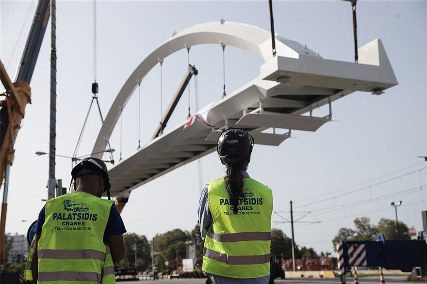 bridge1  Νέα πεζογέφυρα στη Λεωφόρος Ποσειδώνος: Δείτε εντυπωσιακές εικόνες από την τοποθέτησή της bridge1