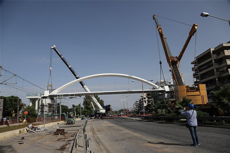 bridge2  Νέα πεζογέφυρα στη Λεωφόρος Ποσειδώνος: Δείτε εντυπωσιακές εικόνες από την τοποθέτησή της bridge2