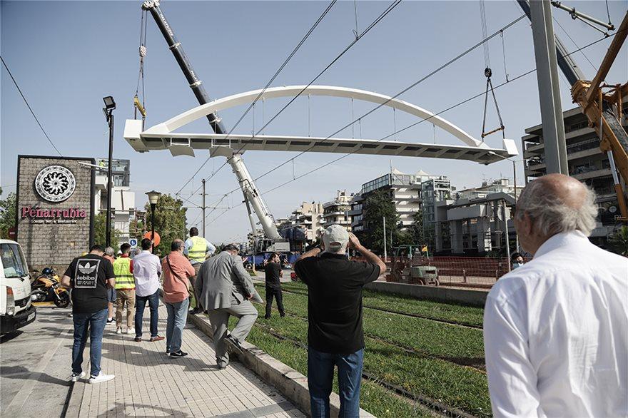 bridge4  Νέα πεζογέφυρα στη Λεωφόρος Ποσειδώνος: Δείτε εντυπωσιακές εικόνες από την τοποθέτησή της bridge4