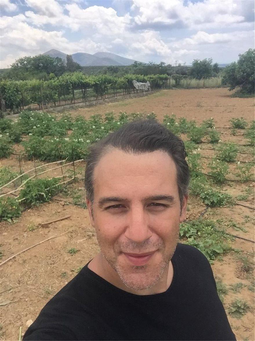 Θάνος Τζάνης: Από τραγουδιστής, αγρότης και ξενοδόχος μαζί