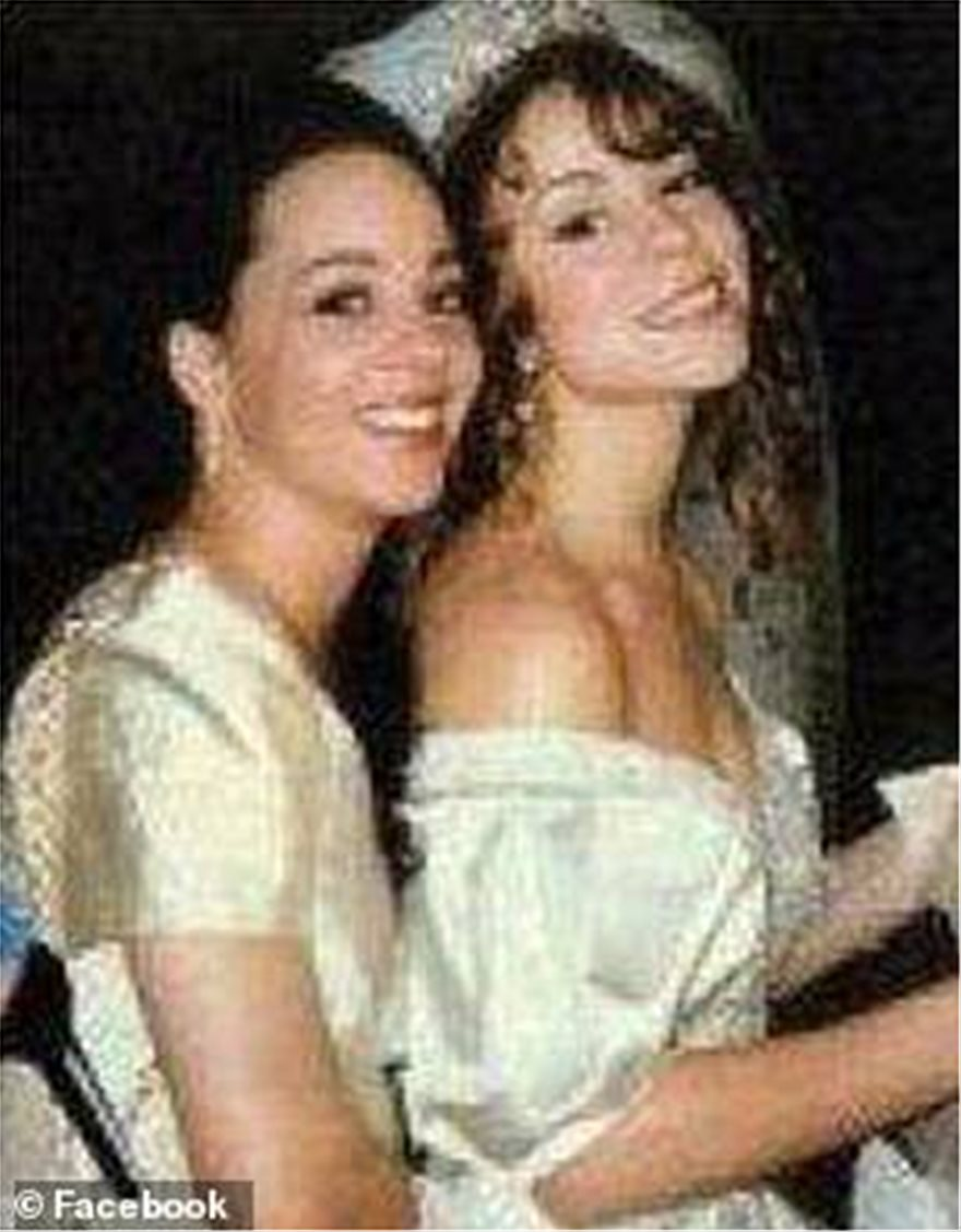 31622866-8598627-The_pair_Alison_left_Mariah_right_have_reportedly_not_spoken_to_-a-60_1596687796810