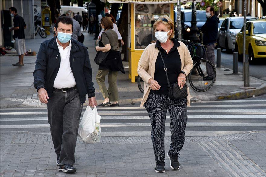 maskes  Σχέδιο ενός μήνα ανακοινώνει ο Μητσοτάκης- Τα δύο μέτρα που προτείνει η επιτροπή ειδικών - Τι θα γίνει με την εστίαση maskes