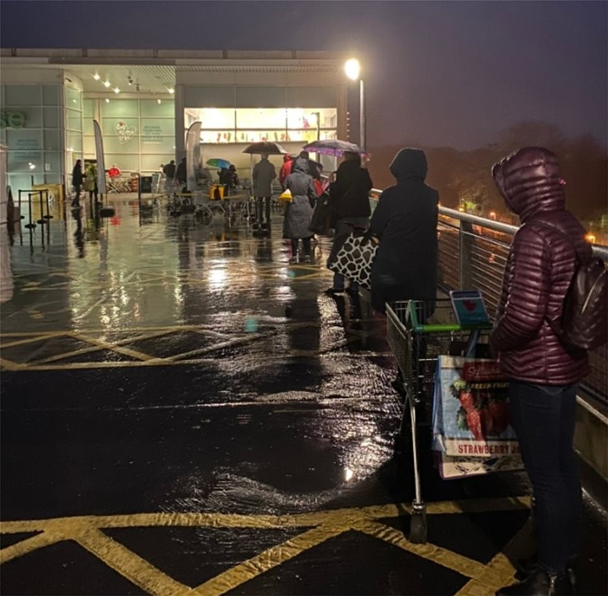 37094256-9073729-Long_lines_started_forming_outside_of_this_Waitrose_superstore_i-m-8_1608540301937