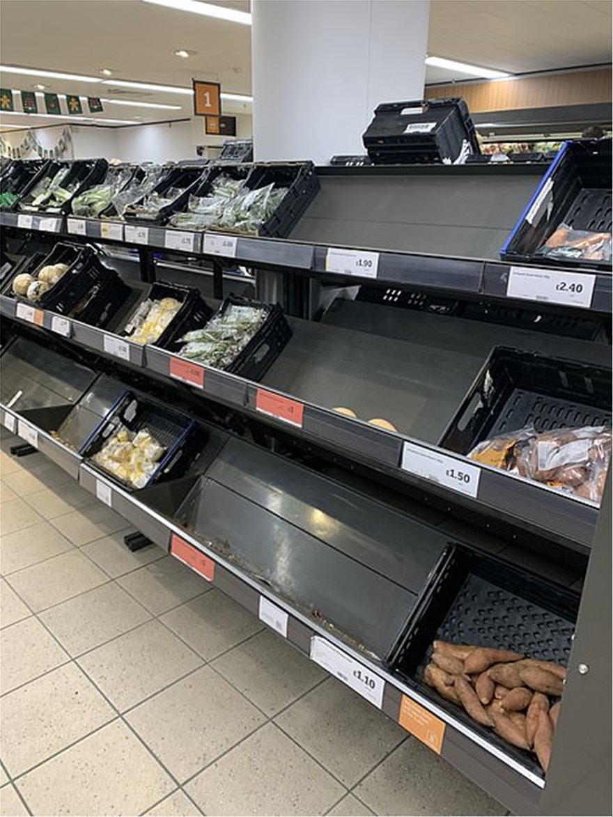 37094298-9073729-The_shelves_at_this_Sainsbury_s_store_were_looking_stark_this_mo-a-5_1608540251941