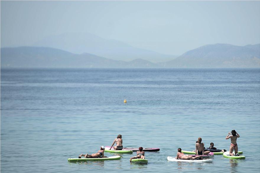 «Βούλιαξαν» για δεύτερη ημέρα οι παραλίες – Θυμίζει Αύγουστο στις πλαζ της Αττικής